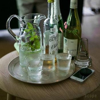 サイドテーブルにも花のある生活。