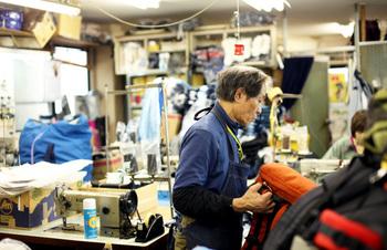 西神戸唯一の登山用品専門店。店主自身も登山を愛するというこちらのお店。自社工場で製造した上部で機能的なザックにファンが多く、あらゆるシーンに対応する様々なザックが生み出されています。