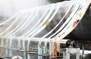 50年以上行われてきたキャラクターハンカチのプリントで表現力に信頼を寄せられている松尾捺染株式会社の「捺染加工」。インクジェットやフラットスクリーンなど様々なプリント技法で素敵な布製品や雑貨を生み出しています。