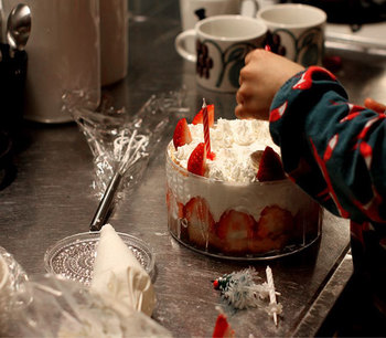 scoopさんで買えるんだもん。 素敵なフローラの器で一緒にケーキを子供と作ったりだって出来るんです。 アンティークだったら絶対にNGですよね…。 いいものを幼い頃に触らせておくのもいいものです。