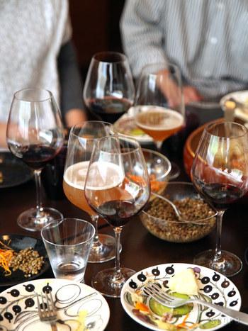 グラスももちろんですが、パーティーでのパラティッシの使い方も参考になっちゃいます。 高さの違うグラスをテーブルに並べると華やかですね。 パーティーではあれこれ違うドリンクを飲むのでグラスは沢山必要ですね。