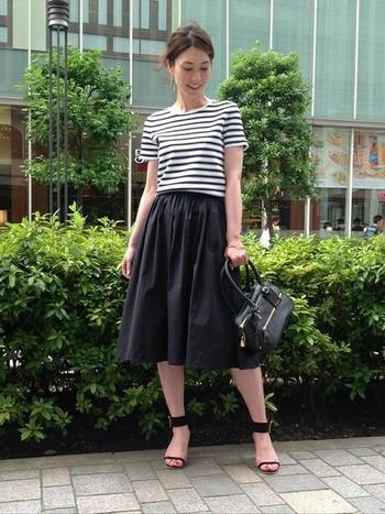 高めのヒールのサンダルを合わせると、ボーダーTシャツもきれいに着こなせます。ギャザースカートでシルエットも美しく!