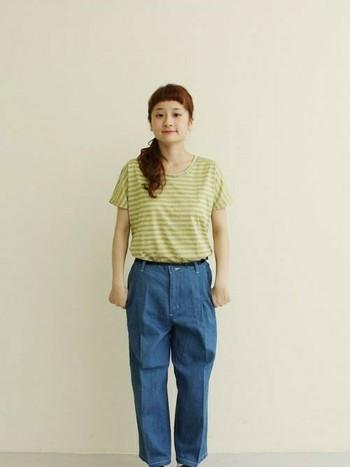 グレーとイエローが珍しい配色のボーダーTシャツ。ゆったりめのデニムパンツと合わせて柔らかい雰囲気に。
