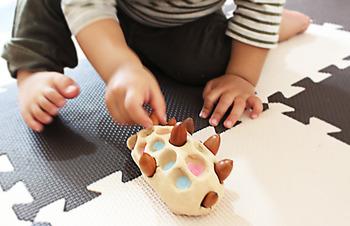素材は木の紙粘土とドングリだけ。 とってもシンプルですが、子供はすごく楽しそう。  大きくなったら、ドングリに色を塗ったり、柄を書いたり、紙をくるくるっと巻いて本当にハリネズミっぽくしたり。 何歳になっても楽しく遊べそうなアイディアです。