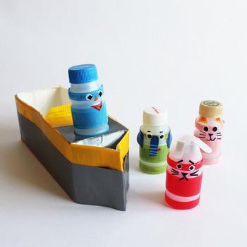 こちらはヤクルトの空き容器と牛乳パックを使ったおもちゃ。  ヤクルトの容器にビニールテープやマスキングテープを張り、上からお顔を貼ると出来上がり。 ペットボトルのキャップを帽子代わりにちょこんとのせても可愛いですよ。  テープを貼るのは子供でもできるので、子供と一緒に工作できるのがとっても楽しいです。