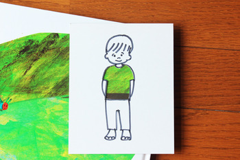 """こちらはワーキングマザーのための情報サイト""""WorMo'""""(http://www.wormo.net/) に掲載されたツール。  作り方は簡単。 厚紙にこどもの絵を描き、洋服部分を切り抜くだけ。  この紙を色々なところに当てると、次々と洋服の柄が変わります。 電車での移動中やちょっとした時間を埋めるのにピッタリ。"""