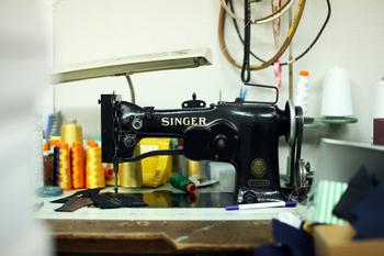 有限会社長野刺繍は名入れやオリジナルグッズの刺繍加工製造販売を行う、お客さまの思い通りが強みな家族で営むまちの刺繍屋さんです。様々な要望にひとつひとつ答えることができ、刺繍の可能性を広げてくれます。