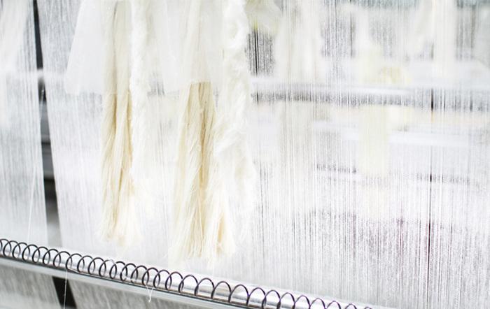 20番手の糸で、3重ガーゼの真ん中の生地を半分の荒さで繊細に織り上げられた2.5重ガーゼは吸水性が高いのにかさばらず、ごわごわもしない上、乾きやすく非常に機能的。