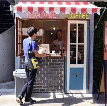 今年3月に下北沢にオープンしたカップケーキ&コーヒースタンド、「ON THE WAY,(オンザウェイ)」。いつも通る道の途中にこんなお店があったら、ときめいてしまいそうなキュートな店構え。思わず立ち寄ってみたくなります。