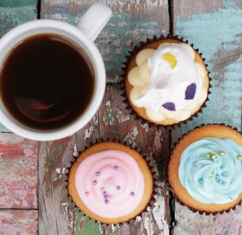 自分へのご褒美に、子どもへのおやつに、手土産に...色んな場面に似合うカップケーキは最近とっても人気がありますね。パティシエの繊細な仕事が表れている「ON THE WAY,」のカップケーキ。その小さきカップの中にある世界観に夢中になってしまいそうです。