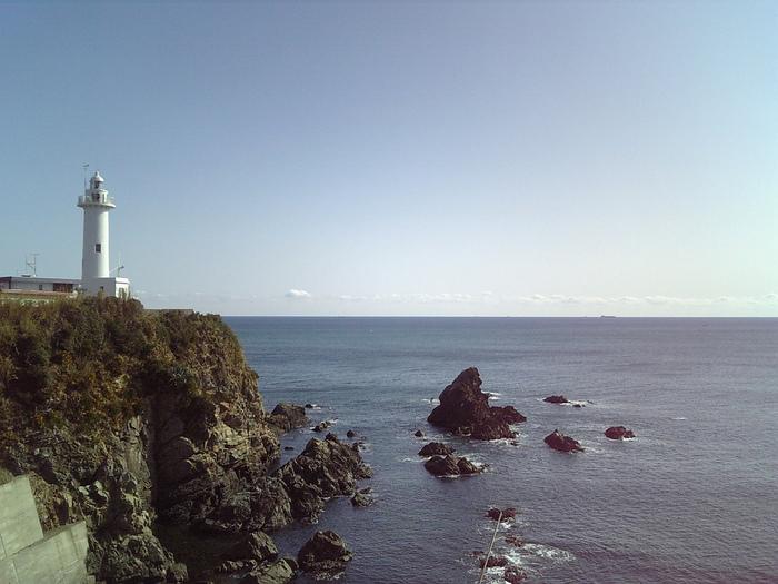 伊勢志摩国立公園の南東部に位置する美しい白亜の灯台。その美しい姿から、多くの絵描きさんたちが作品の題材にするためにこの場所を訪れます。地上からの灯台の高さは20.50mで、見張り台まで上がり展望することができます。展望台からは志摩半島や太平洋を一望でき、地球の丸さを体感できます。