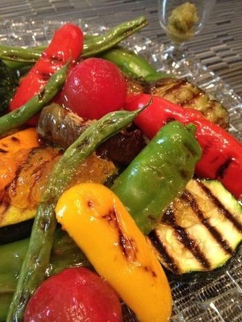 夏野菜をグリルにして、味付けに和風のジュレはいかがでしょうか。見た目も涼しげでおいしそうです。