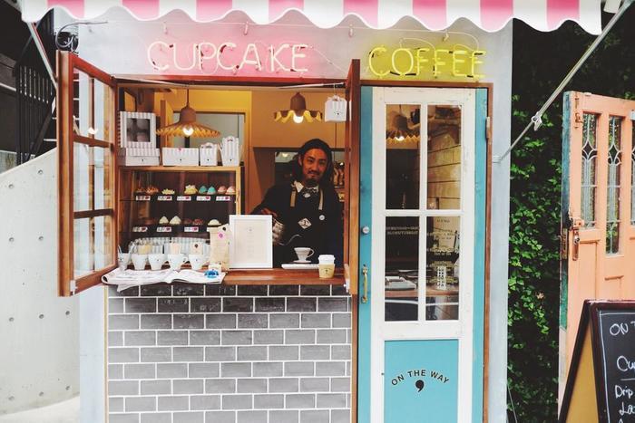 こちらが福田晋吾さん。オーストラリアに滞在中、現地のコーヒカルチャーに魅了され、カフェのスタッフとして働かれていたそうです。帰国後も飲食関係の仕事に携わることを考え、代官山蔦谷のカフェなどでバリスタ、バーテンダーとして活躍された後、ご自身の思い描いていたイメージを「ON THE WAY,」で実現させました。ファッション業界にいらっしゃったこともあり、そのセンスの良さはお店のビジュアル、メニュー、そして食器や小物、グッズなど細かなところまで随所に感じられます。
