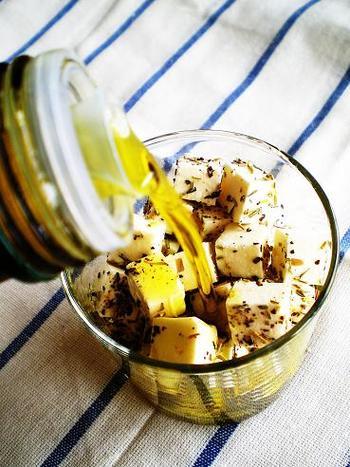 地中海を代表するフェタチーズ。塩気が強いイメージがありますが、オイル漬けにするととってもまろやかになり、優しい味わいが楽しめます。