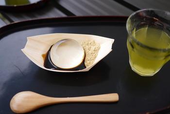 「水信玄餅(みずしんげんもち)」とは、山梨県の金精軒(きんせいけん)で販売されている、まるで水晶玉のように透き通った和スイーツのことです。南アルプスの天然水と少量の寒天でつくられた、ぷるぷるの食感が不思議な水菓子。