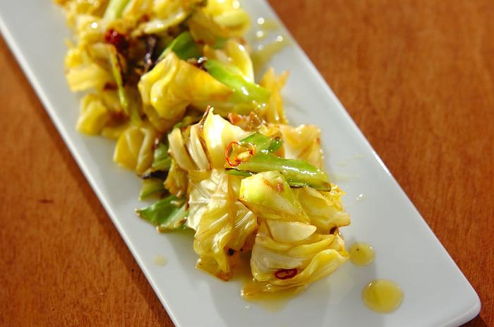 ガーリック、唐辛子、アンチョビを使った、キャベツの甘みがたっぷり感じられるオイル漬けです。保存期間は冷蔵庫で3~5日です。
