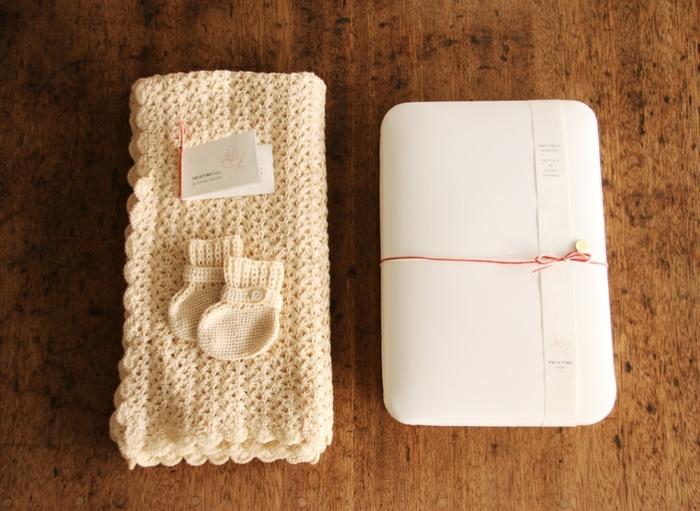 スーピマコットンの起毛糸を使用した、東北グランマ手編みブーティとアフガンセットです。手編みの製品なのでぬくもりが赤ちゃんの体にもフィットするありがたい贈り物です。