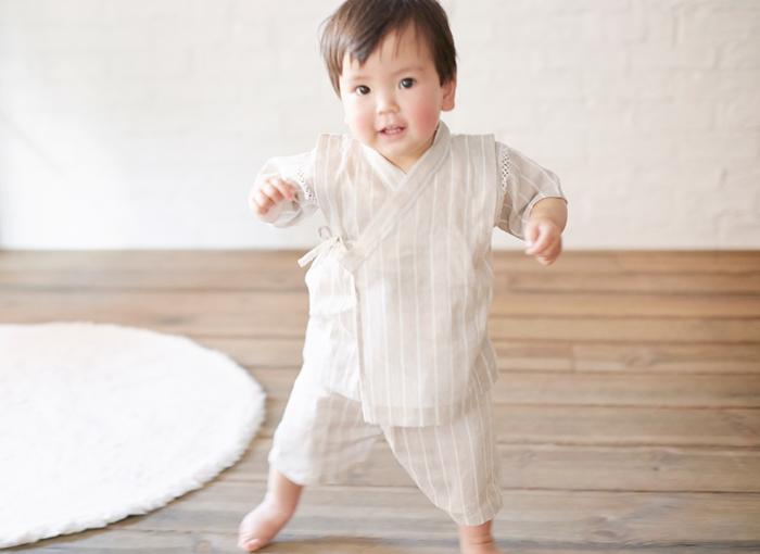 リネンの甚平はシンプルなデザインで袖つけ部分も刺繍なので、男の子も女の子も着ることができる一着ですよ。