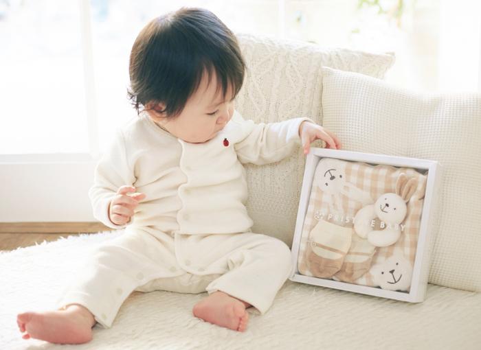 この可愛さに赤ちゃんも興味津々。