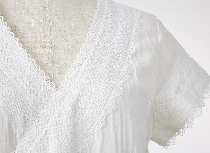 胸元には贅沢にコットンレースがあしらわれ、カシュクールタイプなのでさらりと羽織るように着られるのも魅力的な一枚です。