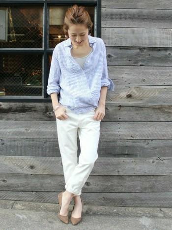 白パンツを合わせて大人コーディネート。カシュクールのゆったり感で女性らしさを出すことができます。