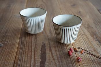 益子焼しのぎカップです。 ひとつひとつに施されたしのぎ模様が上品な雰囲気を醸し出しています。お茶やコーヒーなどの飲み物だけでなく、デザートカップとして使っても。
