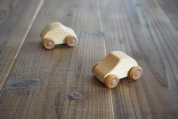 スウェーデン製の木製の車のおもちゃです。 1つ1つ手仕事でていねいにつくられています。また、子どもが口に入れても安心な亜麻仁油仕上げです。木製ならではのぬくもりが感じられ、なめらかな曲線が見た目にもかわいいですね☆