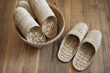これからの季節にオススメの、水草で編まれたスリッパです。 通気性がよく、天然素材が素足に気持ちよく蒸れずに快適に過ごすことができます。丈夫で長持ちなのもうれしいポイント。