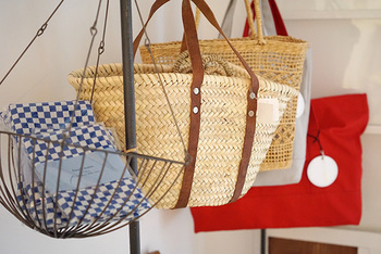 店舗では、かごバッグも取り扱っています。ナチュラルでおしゃれなかごバッグ、これからの季節に大活躍してくれそう。