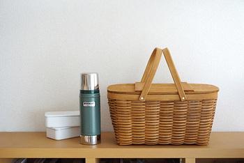 木製のふた付きバスケットです。 ピクニックやキャンプなどにはもちろん、室内で本や雑誌、小物などの収納にも使えます♪見た目がかわいいだけでなく、つくりも丈夫でしっかりとしています。