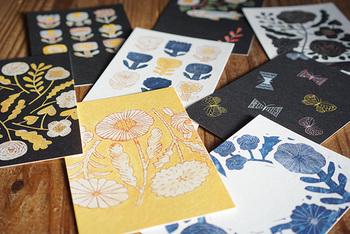 陶器やファブリックなどで活躍されている作家・鹿児島睦さんデザインのポストカードです。 あたたかみのあるかわいらしい絵柄が幸せな気分にしてくれます。お部屋に飾ってもよし、メッセージを書いてお友達に送っても喜ばれるおしゃれなポストカードです。