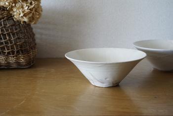 新井倫彦さんの「粉引6寸鉢」です。 しっとりと滑らかな質感が美しく上品。どんなお料理にも合う、シンプルで使いやすいフォルムです。