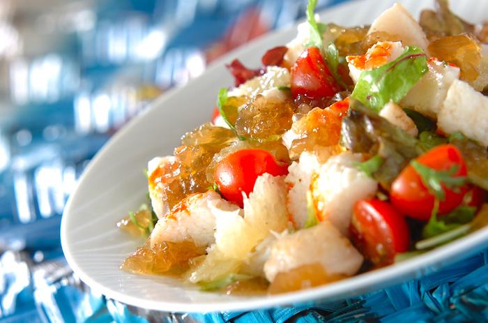 お刺身のホタテにグレープフルーツ、トマトやベビーリーフなどが入ったボリュームたっぷりのサラダ。ドレッシングを酸味が効いたジュレ仕立てにすれば、よりおしゃれな一皿になります。