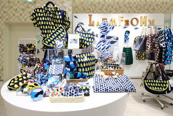現在、7月上旬まで東京・渋谷ヒカリエ2F「ラムフロム LAMMFROMM ShinQs店」にて、2015年新作アイテムのイベントを開催中!新柄ワンピースやブラウス、人気の半月バッグや満月バッグ、新アイテムのショルダーバッグとレギンスも初登場中ですので、お近くの方はぜひ立ち寄ってみてください♪