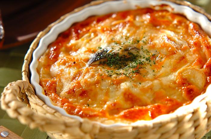冷凍パイシートを使った簡単なキッシュ。魚介類との相性もばっちりなトマトの風味が暑い季節にもぴったり。パーティーメニューにも加えられそうですね。