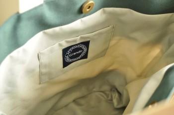 内側にはちゃんとポケットが付いているので、カバンの中もすっきり!