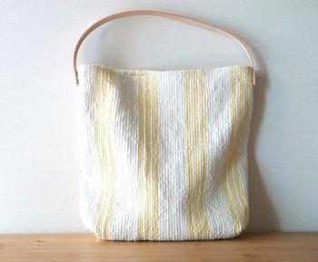 淡い色がとっても素敵な「so.」さんのバッグ。リネンの柔らかな風合いが魅力的ですね。