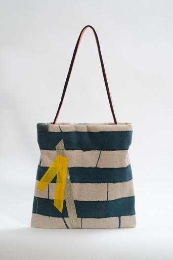 こちらはバッグ作家「NaoNe」さんの作品。麻綿帆布にハンドペイントで模様が描かれた手作り感あふれるバッグです。