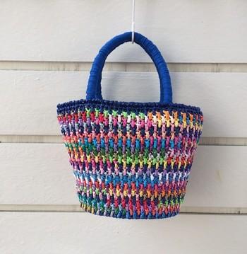 個性的なバッグが揃う「mike」さんの作品たち。丁寧に編みこまれた夏用バッグ。カラフルな色合いでコーディネートのアクセントになりそう!