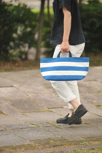 帆布バッグ制作をしている「CUBIE」さんのトートバッグ。しっかりとした生地なので、長く愛用できそうですね。