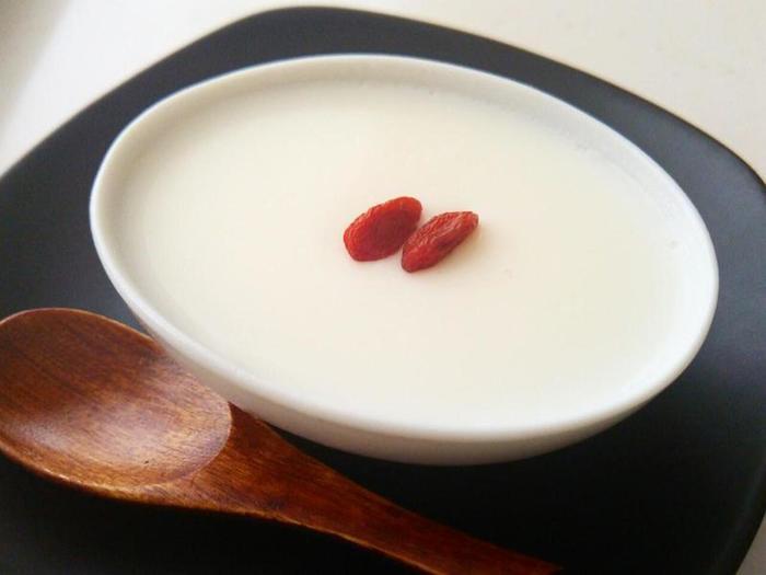 赤くて可愛らしいクコの実は、杏仁豆腐のトッピングなどでよく目にしますね。でも、甘酸っぱくてくせのないクコの実は、少量の飾りではなく、メインの食材のひとつとしてさまざまな料理やスイーツに取り入れることができます。もっともっとクコの実クッキングを楽しみましょう♪