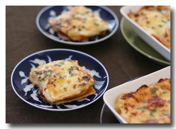 パスタの生地を正方形にのばしてソースとチーズを重ねればラザニアに! 生パスタを作れるようになると、お料理の幅がグンと広がります。