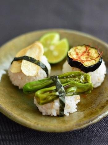 野菜をのせたアイディア手まり寿司!色々な種類の野菜を選んで乗せたいヘルシーレシピ。崩れないよう、バランス良くのせてくださいね。