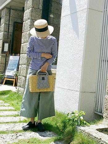 ブルーのボーダーで爽やかな印象のコーデ。つばが広めの麦わら帽子なら、日差しもへっちゃらです。