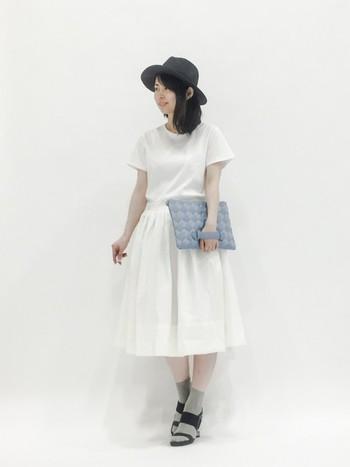 中折れのツバ広帽は、しっかりした形で顔周りをすっきり見せてくれます。黒の帽子を選んだら、服は白でまとめると軽やかになりますね。