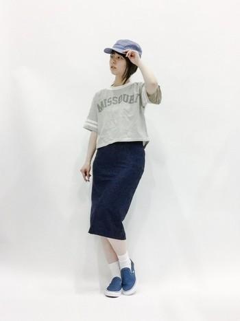 デニム地のキャップは、いわゆる野球帽っぽさが少なめで、どんなファッションにも合わせやすいアイテムです。タイトめなスカートで女性らしさもあるスポーツMIXコーデです。