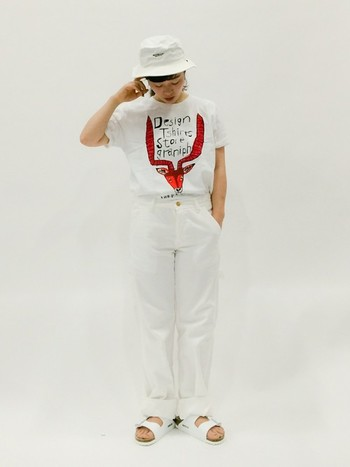 Tシャツをメインにして、あとは全て白でまとめたオールホワイトコーデです。Tシャツの袖をまくって、裾はウエストにインすることで、今年らしい着こなしに。