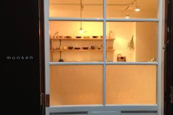 2013年8月にオープンした東京・二子玉川にある雑貨屋「monsen(モンセン)」。オーナーさんがセレクトしたこだわりの器や雑貨を取り扱っています。