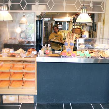 京都の「カフェビブリオティックハロー」のバッグは、片面がフランスパン、裏が食パンになっています。(画像提供:made in west)