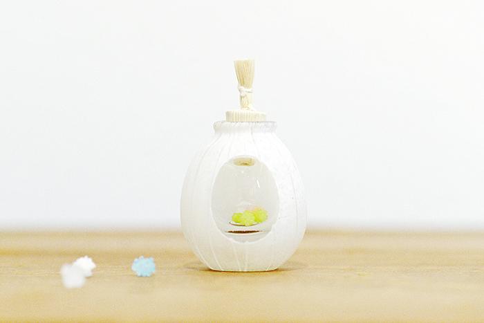 こんぺいとう入れ。瓶の中に物をいれるとそれが小さく見えるというガラスならではの技術を使った作品。見た目も美しい
